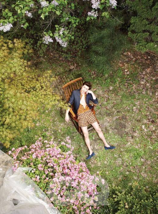 귤색 체크무늬셔츠와 쇼츠, 남색재킷 가격 미정,모두 루이 비통.파란색 슬립온27만8천원, 베르바by 비슬로우.