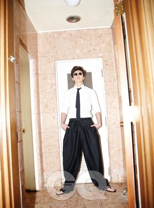 흰색 셔츠와 폭이넓은 검정색 팬츠,타이 가격 미정,모두 씨와이 초이.검정 가죽 통가격 미정, 김서룡옴므. 선글라스26만원, 슈퍼 byJUUC.