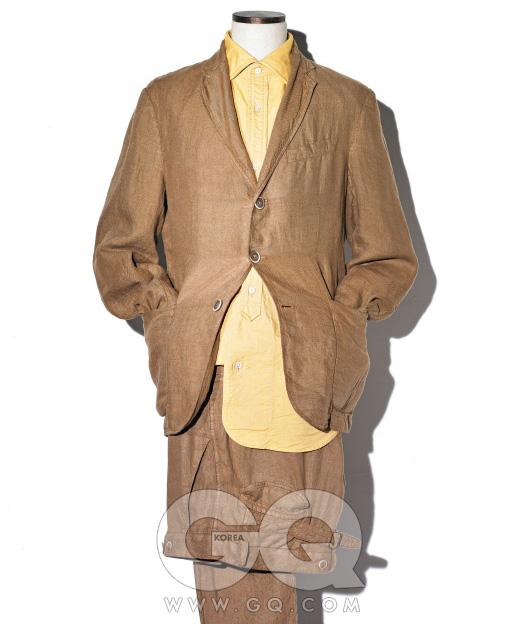 1. LINEN SUIT리넨은 더운 바람을 만나면 아름답게 구겨진다. 제멋대로 구겨진 리넨 수트를 느슨하게 입고 셔츠의 단추를 마음껏 풀면 멋지다는 말로는 부족하다. 빛바랜 연갈색리넨 재킷65만5천원, 팬츠31만8천원, 모두바레나 by샌프란시스코마켓. 겨자색 면셔츠 35만원,나이젤 카본 by샌프란시스코마켓.