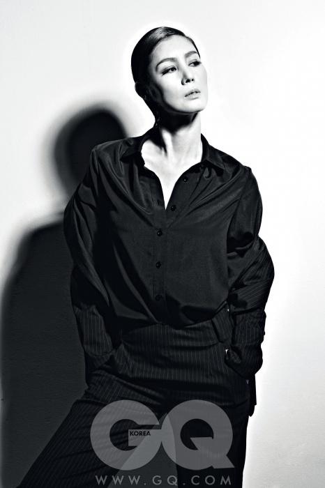 검정색 셔츠는 하우앤왓, 재킷과 바지는 아이잗 컬렉션.