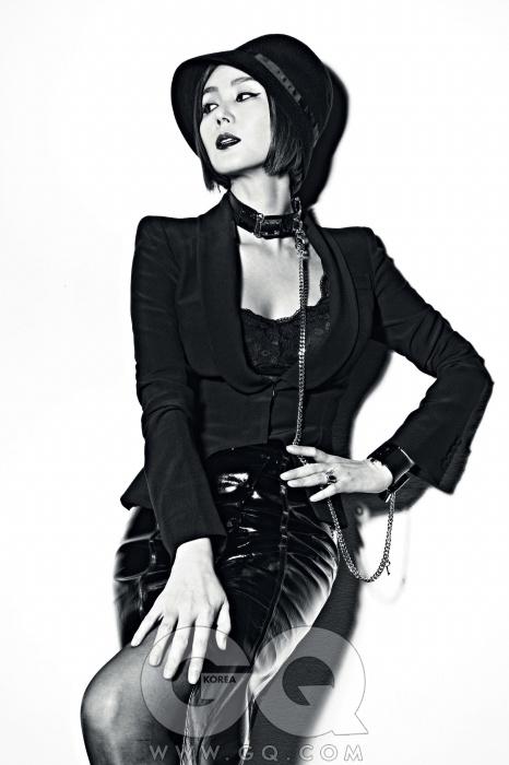 """""""전 진짜 섹시하지않아요. 사실 좀불편해요. 아, 섹시는잘 모르겠어요.""""검정색 재킷은 알렉산더 맥퀸, 가죽 치마는 유돈초이, 모자는 캉콜, 목과 손목을 잇는 장신구는 하우앤왓, 반지는 디디에 두보, 뷔스티에는 스타일리스트의 것."""