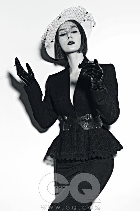 재킷과 치마, 벨트와 장갑은 하우앤왓, 모자는 스타일리스트의 것.