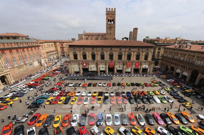 람보르기니가 가장 람보르기니다울 수 있는 장소에 , 그만이 낼 수 있는 색깔로 수백 대의 람보르기니가 주차돼 있다. 철학과 뚝심을 가진 자동차 회사의 가치를 웅변하면서.