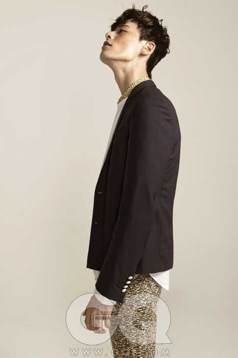 재킷 가격 미정, 디올옴므. 셔츠 39만원,팬츠 59만원, 모두겐조. 화이트 톱 가격미정, 우영미.