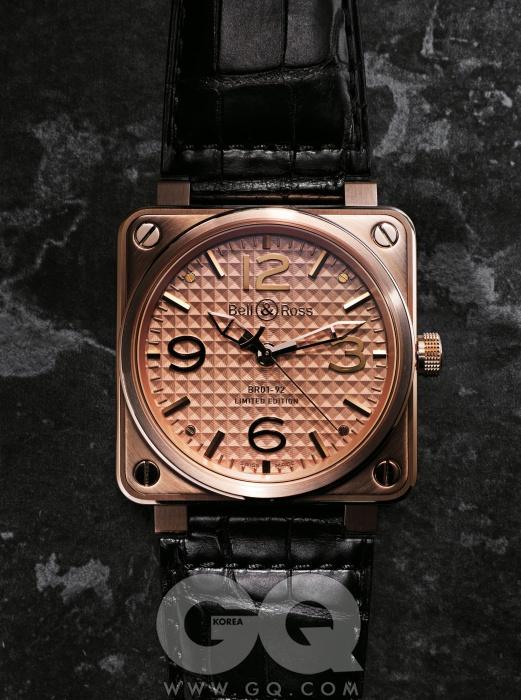 벨 앤 로스의 시그니처다이얼 형태가돋보이는, 직경46mm의 단단하고출중한 시계. 2백50개한정판. BR 01-92 골드인고트 4천8백50만원,벨 앤 로스.