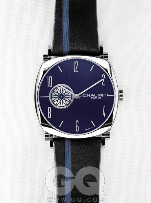 아르데코 스타일을 대표하는댄디 컬렉션 중 가장 얇은 시계. 8.5mm의얇은 케이스는 셔츠 소맷부리 안에 조용히 감긴다.초를 나타내는 창을 태양 문양으로 장식했다.댄디 슬림 워치 1천만원대, 쇼메.
