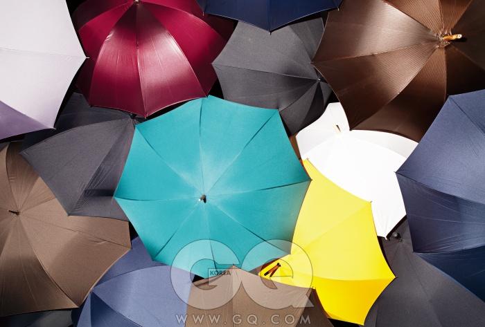 왼쪽부터 시계 방향으로) 회색우산 3만2천원, 무인양품. 반짝거리는 포도주색 우산22만원대, 일 마르케사토 by랜덤워크. 남색 우산 17만2천원,일 마르케사토 by 랜덤워크.바로 밑의 검정색 우산 9만6천원, 풀턴 엄브렐라 by바버샵. 반짝거리는 갈색 우산28만2천원, 일 마르케사토 by랜덤워크. 바로 밑의 남색 우산5만9천원, 키웨스트 엄브렐라by 에드워드 맥스. 흰색 우산 1만4천9백원, 무인양품. 바로 밑의검정색 우산 가격 미정, 가스트록by 바커. 노란색 우산 33만8천원, 폭스 엄브렐라 by 모노갤러리. 녹색 우산 35만원, 폭스엄브렐라 by 분더샵 클래식.바로 밑의 갈색 우산 4만9천원,키웨스트 엄브렐라 by 에드워드맥스. 남색 우산 5만9천원,키웨스트 엄브렐라 by 에드워드맥스. 왼쪽의 밤색 우산 5만9천원, 키웨스트 엄브렐라 by에드워드 맥스. 검정 우산7만5천원, 풀턴 엄브렐라 by쿤 위드 어 뷰.