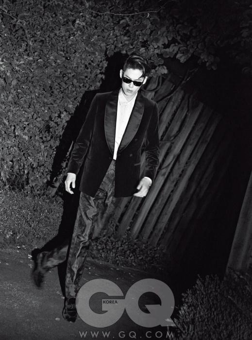 새틴 라펠 벨벳이브닝 재킷과실크 셔츠, 진한남색 실크 팬츠와벨벳 룸슈즈, 모두루이 비통.선글라스는 레이밴웨이페어러 블랙.