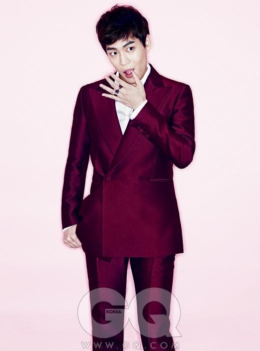 와인색 수트와 흰색 셔츠는 김서룡 옴므, 반지는 엠주
