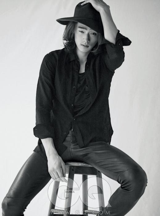 Jang Eui Soo 얇은 저지 셔츠와 면 티셔츠, 가죽 팬츠, 모두 생 로랑 파리. 가죽 트리밍 장식이 있는 카플린, 제라르다렐.
