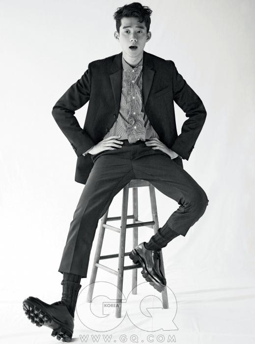Yoon Jin Wook러플 장식의 체크무늬 셔츠와 스리버튼 수트, 투박한레이스업 슈즈,모두 프라다. 검정니트 양말은에르메스.