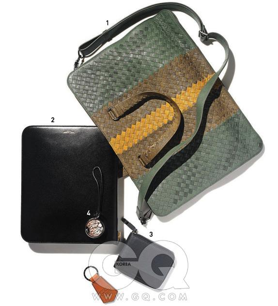 전형적인 파란색이나 짙은 갈색이 아닌 짙은 녹색에 노란색과 낙타색을 보탰고, 탈부착이 가능한 어깨끈과 노트북을 안전하게 수납할 수 있는 공간을 따로 마련했다. 1 사람보다 더 예쁜 브리프 케이스, 보테가 베네타. 2 단순한 만큼 강렬한 검정색 아이패드 케이스, 생 로랑 파리. 3 두 가지 색깔을 알맞게 사용해 만든 지갑, 디올 옴므. 4 충격적인 눈알 장식과 말끔하게 다듬은 키링,모두 루이 비통.