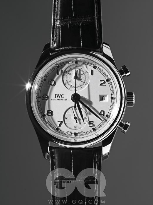 1939년에 지은포르투기즈라는 이름은이제 브랜드보다유명하다. 이 컬렉션은근사한 컴플리케이션시계들을 추가하며전통을 잇고 있다. 최근발표된 이 시계는 12시방향에 시간을 정밀하게측정할 수 있는 작은창을 달았다.포르투기즈크로노그래프 클래식,1천6백30만원, IWC.