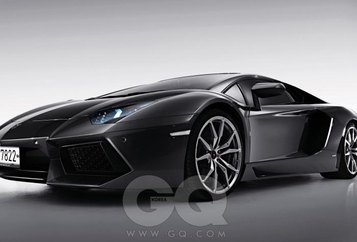 엔진6,498cc V12기통 가솔린최고출력700마력최대토크70.3kg.m공인연비리터당 5.3킬로미터0->100km/h2.9초가격5억 7천5백만원
