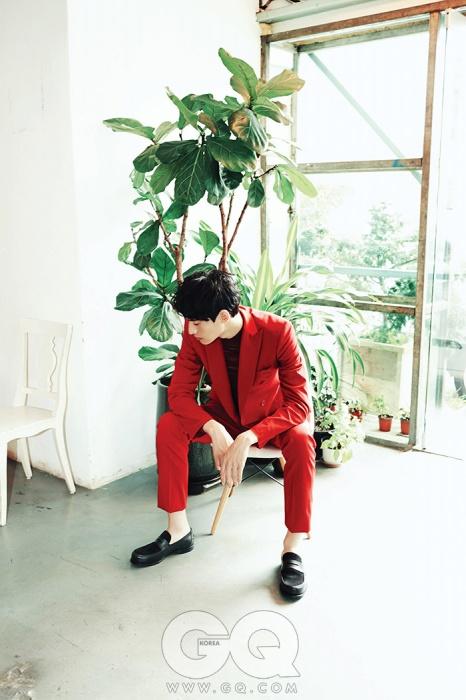 빨간색 피크트 라펠 수트와 페니 로퍼 가격 미정, 모두 보테가 베네타. 하이넥 스웨터 79만원, 미쏘니.