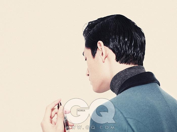 프록 코트와 회색 터틀넥 가격 미정, 모두 구찌. 상딸 마쥐스퀼 향수 19만5천원(50ml),세르주 루텐.