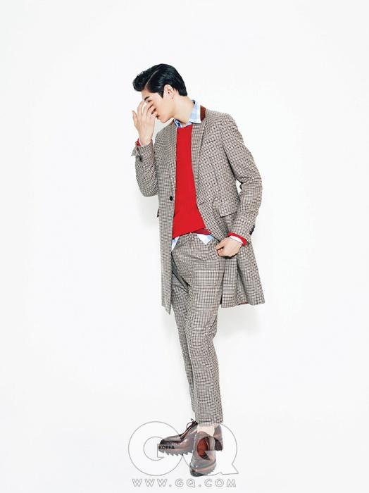 체크 코트, 빨간색 스웨터, 체크 셔츠, 팬츠, 벨트, 슈즈 가격 미정, 모두 프라다.