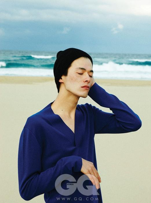 깊은 브이넥 캐시미어 니트 가격 미정, 디올 옴므. 검정 니트 비니는 모델의 것.