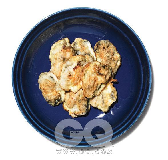 [굴전]1.소금물에 굴을 넣고 앞 뒤로 키질하듯 까부른다. 껍질이나 불순물을 걸러내기 위해 완전히 깨끗해질 때까지 서너 번 반복한다.2.작은 그릇 두 개를 준비하고 각각 밀가루와 달걀 두 알을 담는다. 달걀은 젓가락으로 여러 번 휘저어 풀어준다.3.굴이 짭조름한 맛을 계속 잡고 있기 때문에 굳이 소금 간을 하지않아도 되지만, 아쉽다면 달걀물에 소금을 약간 넣는다.4.물기를 뺀 굴에 밀가루 옷을 얇게 입힌 다음 바로 달걀물을 입혀 프라이팬에 부친다.5.기호에 따라 달걀물에 실파나 부추 등을 다져 넣어도 되지만, 오히려 달걀만 간단히 부쳐 굴 모양을 살리는 편이 식욕을 더 자극한다.
