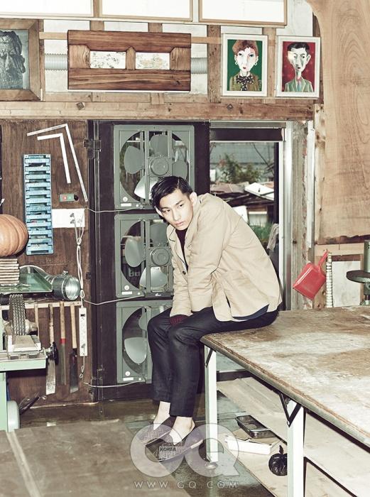 파자마 재킷 가격 미정, 마가렛 호웰, 짙은 와인색 스웨터 가격 미정, 루이 통. 울 팬츠 가격 미정, 버버리 프로섬. 슬립온 1백31만원, 미쏘니.