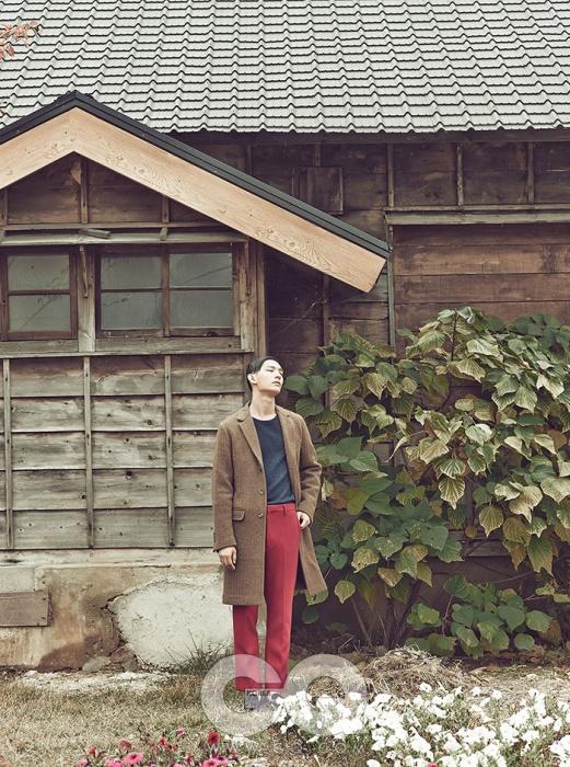 울 코트 1백15만원, 미쏘니. 파란색 스웨터 가격 미정, 마가렛 호웰. 빨간색 울 팬츠 가격 미정, 프라다. 로퍼 가격 미정, 루이 비통.