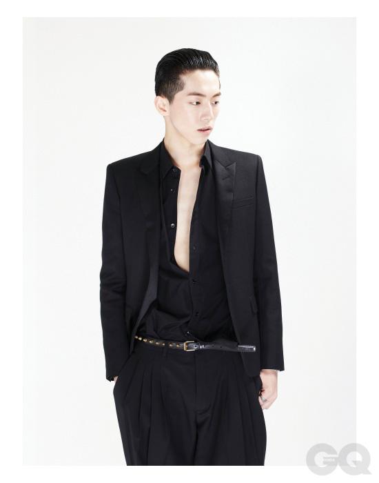 피크트 라펠 이브닝 재킷, 검정색 셔츠, 벨트, 팔찌, 반지 가격 미정, 모두 생 로랑 파리. 검정색 팬츠 가격 미정, 디올 옴므.