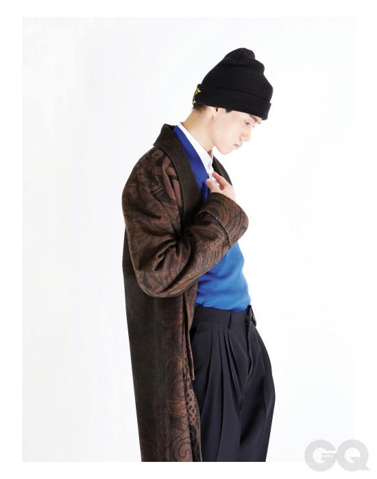 이브닝 로브 가격 미정, 에트로. 파란색 스웨터, 흰색 셔츠, 검정색 팬츠 가격 미정, 모두 디올 옴므. 비니는 에디터의 것.