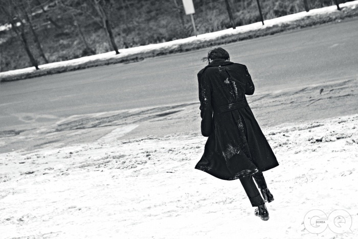 뒷모습이 아름다운 코트 가격 미정, 랄프 로렌 블랙 라벨. 길이가 짧은 팬츠 가격 미정, 준지. 에나멜 첼시 부츠 가격 미정, 루이 비통.