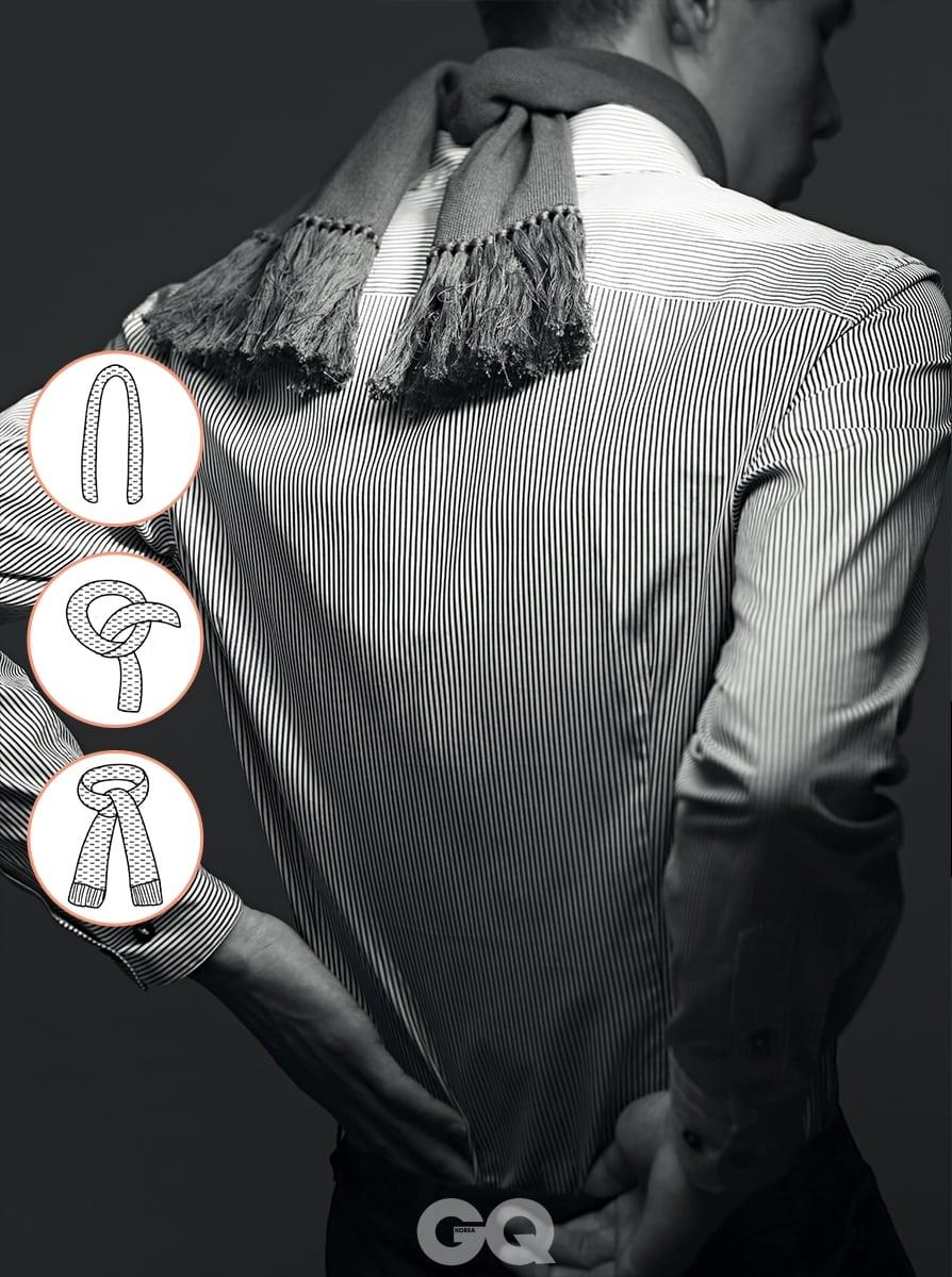 줄무늬 셔츠와 술 장식 스카프 가격 미정, 보테가 베네타. 남색 팬츠 가격 미정, 에르메스.