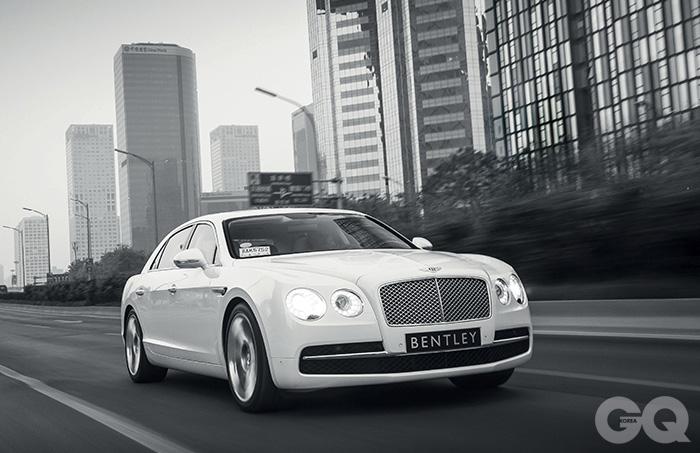 벤틀리 플라잉스퍼의 정직한 프로필 엔진 W12기통 6.0리터 터보 최고출력 625마력 최대토크 81.6kg.m 최고속도 시속 322킬로미터 복합연비 리터당 5.8킬로미터(도심연비: 리터당 4.8킬로미터, 고속도로 연비: 리터당 7.9킬로미터) 0->100km/h 4.6초