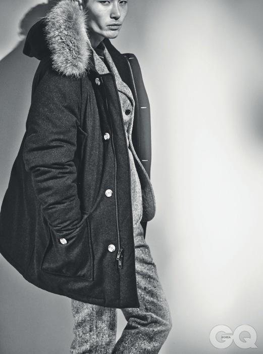 파카 2백59만원 울리치 by WP스토어. 재킷 1백10만원, 팬츠 60만원, 모두 울리치 울렌 밀스 by WP스토어. 스웨터 가격 미정, 랑방.