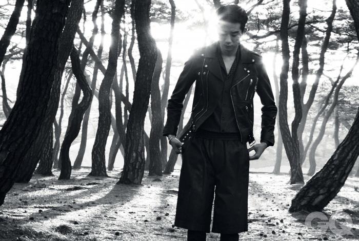검정색 가죽 재킷, 물방울 무늬 셔츠, 팬츠, 실버 팔찌, 반지 가격 미정, 모두 생 로랑 파리. 가죽 반바지는 럭키 슈에트.