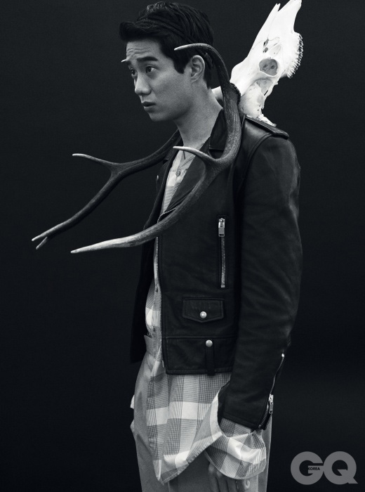 검정색 가죽 재킷 생 로랑 파리. 긴 체크무늬 셔츠 49만8천원, 와이드 팬츠 69만8천원 모두 김서룡 옴므. 사슴 뿔 가격 미정, 심스 앤티크