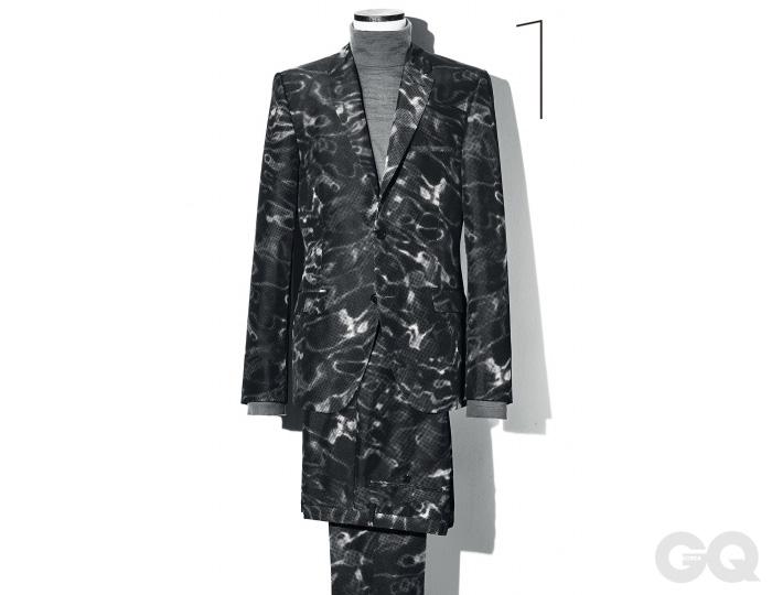 물결무늬 패턴 수트와 터틀넥 가격 미정 모두 캘빈클라인 컬렉션.