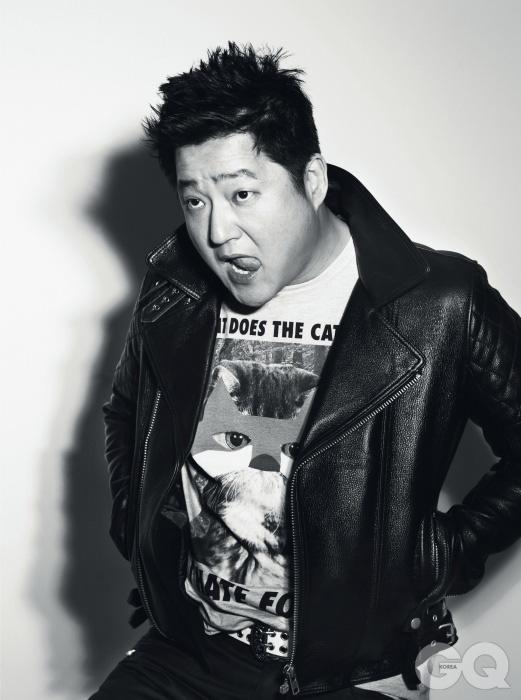 의상 협찬/ 가죽 라이더 재킷 쇼트 BY 레드라인, 여우 티셔츠 H&M, 벨트 자체제작 제품 레드라인, 바지 발망 BY 레드라인.
