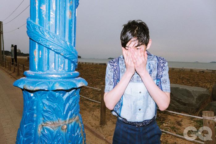 반다나 패턴의 파란색 면 셔츠, 면과 폴리에스테르 저지 쇼츠 가격 미정, 모두 루이 비통.