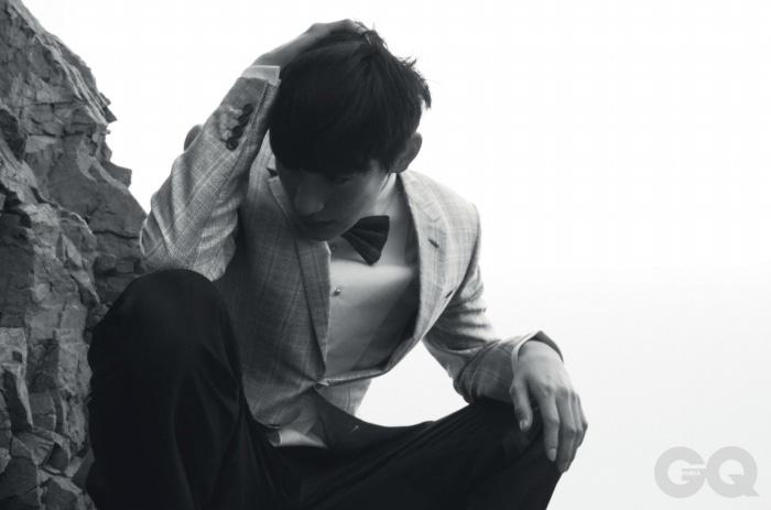 실크 소재 회색 이브닝 재킷, 면 턱시도 셔츠, 울 소재 와이드 팬츠, 보타이 가격 미정, 모두 루이 비통.