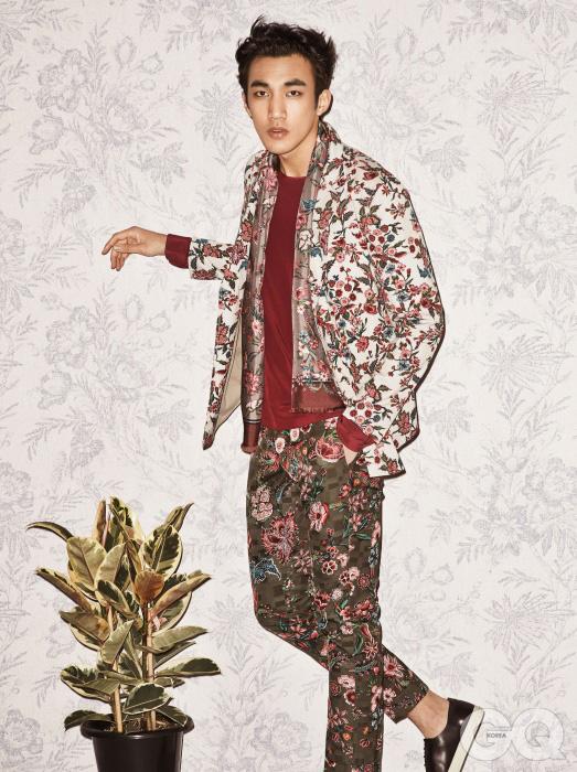 셔츠처럼 디자인 한 면 재킷과 꽃무늬 팬츠, 빨간색 실크 톱, 스카프, 스니커즈 모두 구찌.