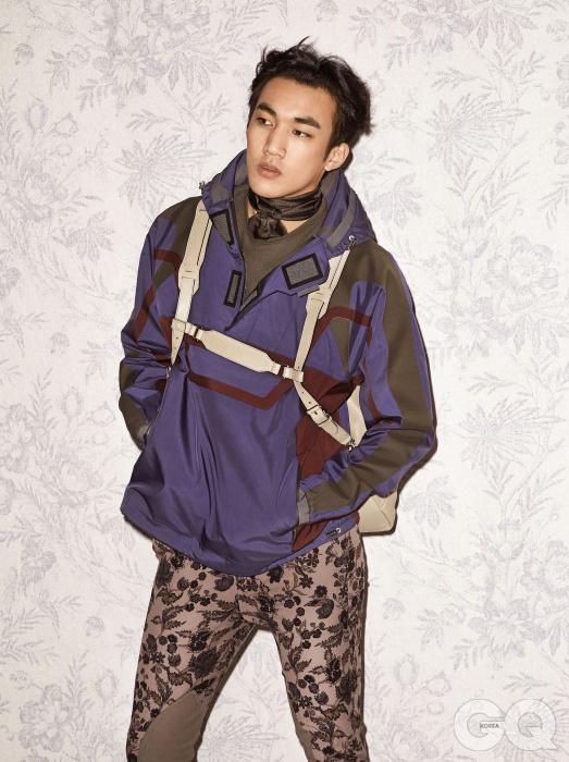 가벼운 윈드브레이커, 꽃무늬 팬츠, 연한색 톱, 실크 스카프, 가죽 백팩 모두 구찌.