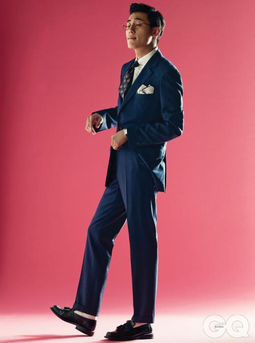 navy suit 청명한 남색 수트, 버튼다운 셔츠, 모두 브루넬로 쿠치넬리. 빈티지 타이 11만원, 이스트 하버 서플러스. 포켓스퀘어 7만4천원, 드레이크스 by 샌프란시스코 마켓.