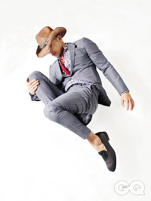 수트, 셔츠, 슬립온, 반다나 가격 미정, 모두 루이 비통. 카우보이 모자 가격 미정, 피터 그림.