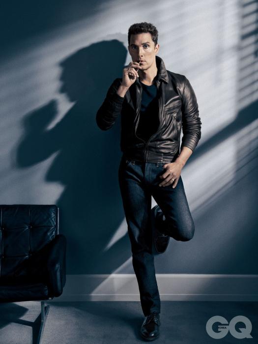 라이더 재킷과 티셔츠는 돌체&가바나, 청바지는 사이몬 밀러, 신발은 브룩스 브러더스.