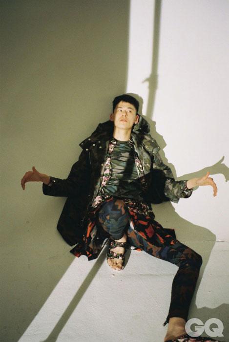 카무플라주 코트, 티셔츠, 셔츠, 쇼츠, 레깅스, 샌들 가격 미정, 모두 지방시 by 리카르도 티시.