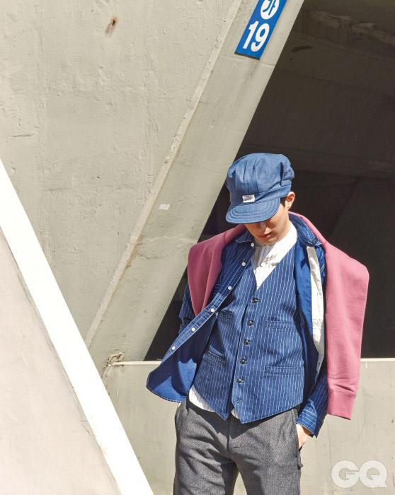 Joe McCoy 워크 캡 12만원, 와바시 셔츠 27만8천원, 와바시 베스트 33만2천원, 밴드 칼라 셔츠 25만2천원, 몰 클로스 팬츠 36만8천원, 스웨트 셔츠 17만8천원, 모두 조 맥코이 by 오쿠스.