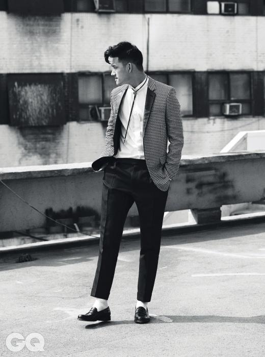 하운드 투스 재킷, 흰색 셔츠 가격 미정, 모두 생 로랑 파리. 볼로 타이 24만원, 스팅 925. 팬츠, 크로커다일 페니 로퍼 가격 미정, 모두 톰 포드. 크루 삭스 1만원대, 올가닉 스레즈 by 오쿠스.