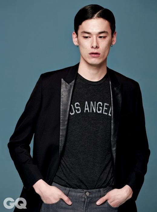 검정 턱시도 재킷 가격 미정, 생 로랑 파리. 회색 진 가격 미정, 유니클로. 로스앤젤레스 티셔츠는 에디터의 것.