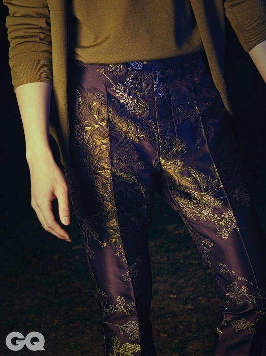 올리브색 니트와 카디건, 화려한 문양의 실크 팬츠, 모두 김서룡의 Kimseoryong Homme 2014 F/W 컬렉션.