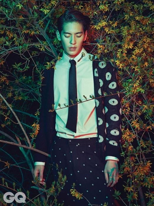 반만 도트 장식이 있는 카디건, 폭이 넓은 도트 팬츠, 열쇠 장식이 있는 화이트 셔츠, 검정 타이, 모두 권문수의 Munsoo Kwon 2014 F/W 컬렉션.