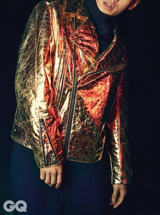 반짝이는 금색 라이더 블루종, 검정 터틀넥, 검정 팬츠, 모두 이상현의 Leigh 2014 F/W 컬렉션.