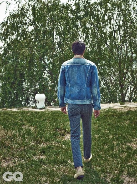 청 재킷은 비스빔 by 10 꼬르소 꼬모, 바지는 미쏘니, 신발은 돌체&가바나, 흰색 의자는 김정섭 작가 작품.